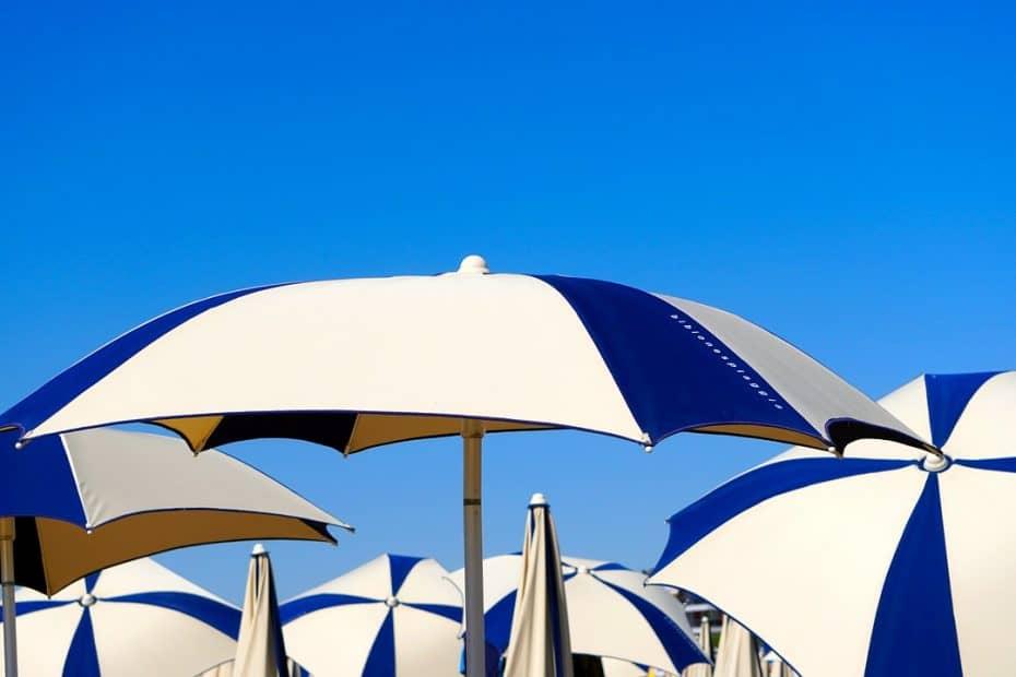 como clavar la sombrilla en la playa correctamente