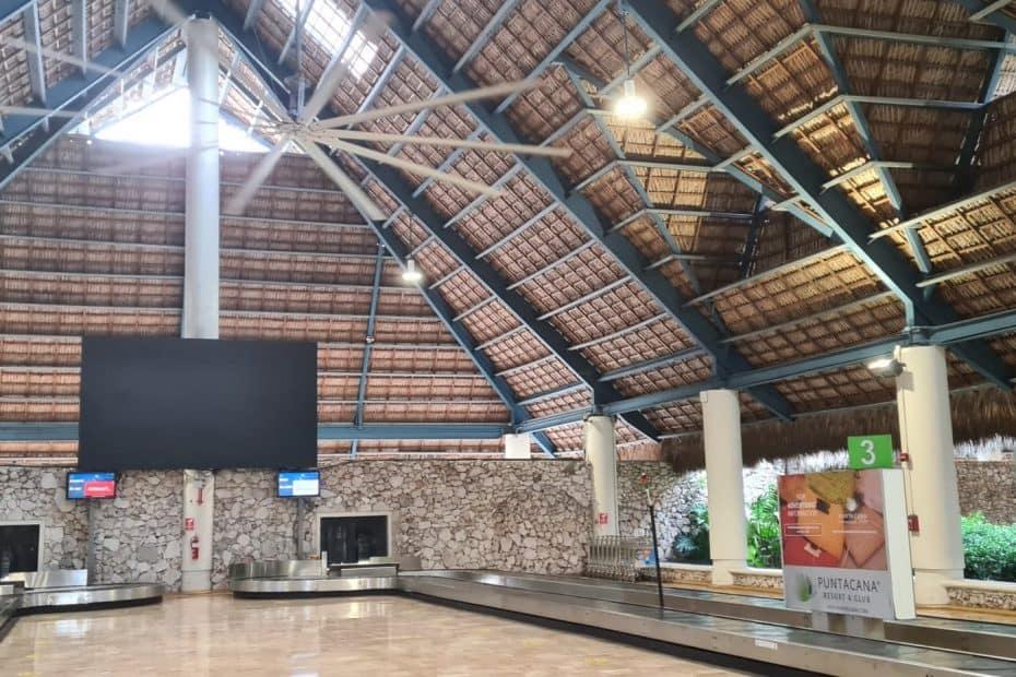 interior aeropuerto de punta cana