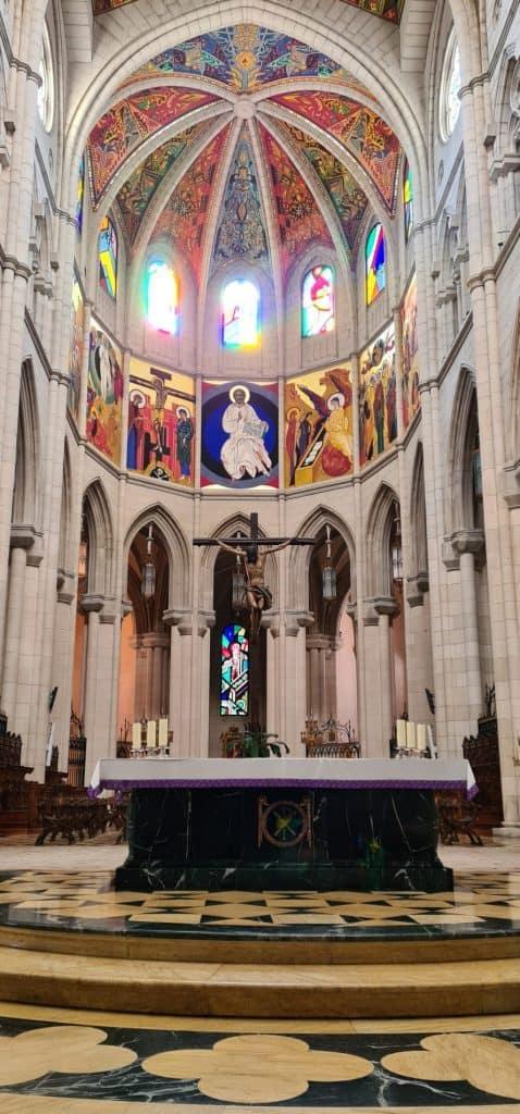 Altar de la Catedral de La Almudena en Madrid