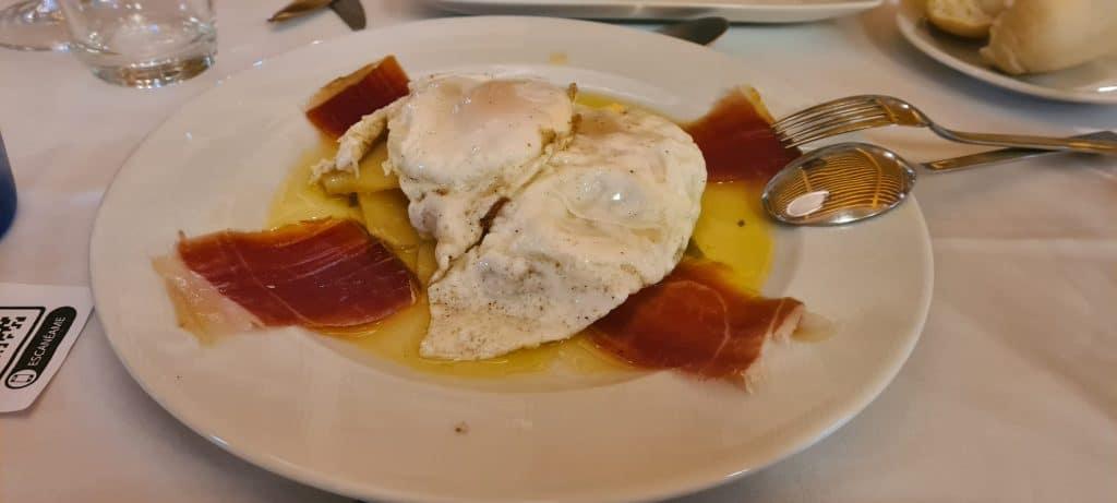 plato de jamon, huevos y patatas de Pago del Vicario